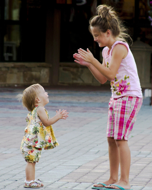 Voimme luoda lapsillemme turvallisen ja iloisen lähtökohdan rakastamalla heitä