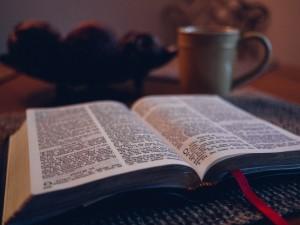 Lukemalla Jumalan sanaa pyhistä kirjoituksista löydämme selkeyttä, vastauksia ja voimaa