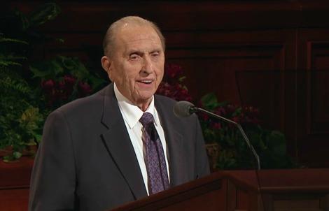 Mormonikirkon profeetta Thomas Monson opettamassa yleiskonfferenssissa