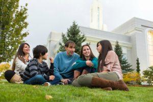 Perhe nauttimassa illasta temppelin läheisyydessä
