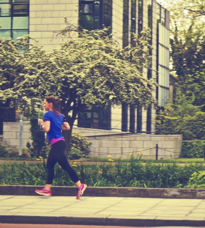 Nainen, jolla on anoreksia, lenkkeilemässä