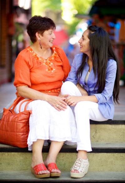 äiti ja tytär juttelemassa toistensa kanssa