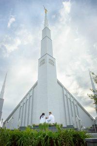 Blaken perhe temppelin edustalla