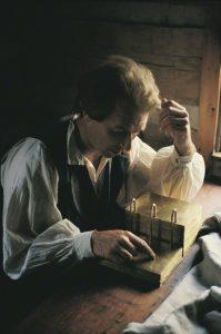 Profeetta Joseph Smith kääntämässä kultalevyjä
