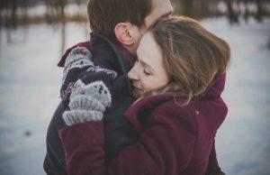 Puoliso halaa toista talvella ulkona