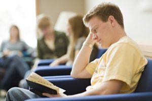 Nuori mies Mormonin Kirja kädessään
