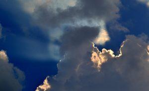 Sininen taivas ja auringonpaiste pilvien läpi