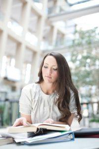 Naispuolinen mormoni opiskelee