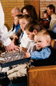 Pieni lapsi ottaa sakramentin