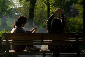 kaksi tyttöä puistonpenkillä