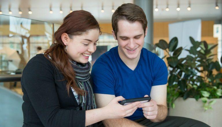 nainen ja mies älypuhelin kädessään   SeuraaKristusta.fi