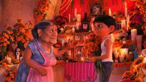 Yksi elokuvan Coco sanomista on, että perhesiteet ovat äärimmäisen tärkeitä - elämässä ja myös kuoleman jälkeen.