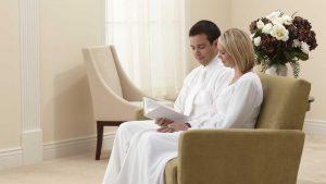 Mormonit käyttävät temppelissä valkoisia vaatteita puhtauden symbolina.